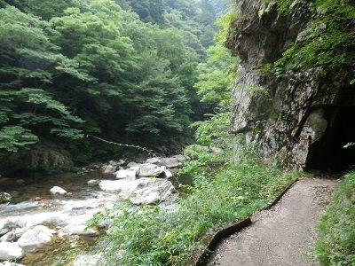 遊歩道に洞穴