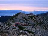 朝焼けの山小屋と富士山