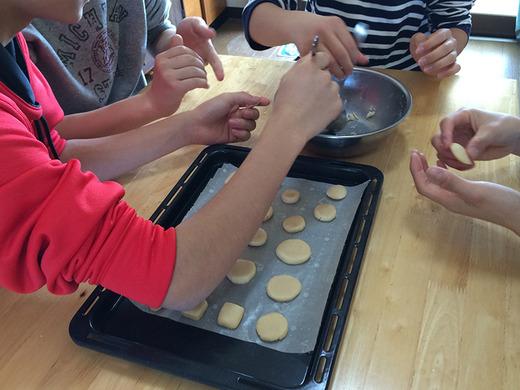 伊江島民泊の男子中学生、ちんすこう作り