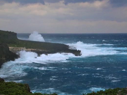 大時化の伊江島北海岸