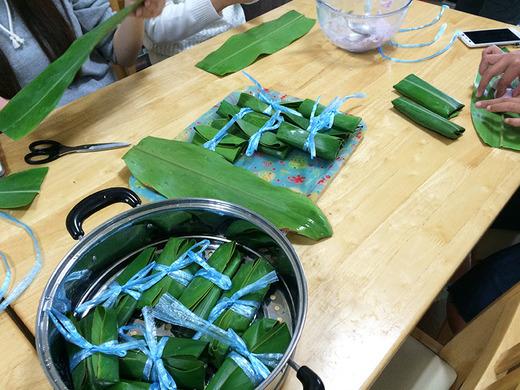 サンニンの葉で包む
