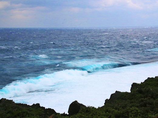 大時化の伊江島北東海岸