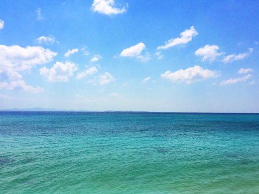2015年10月、伊江島から水納島を望む