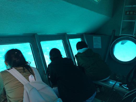 伊江島の水中観光船で海中を楽しむ
