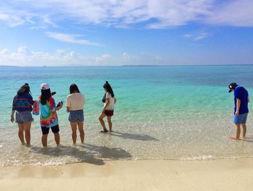 民泊の女子高生と伊江島のビーチ
