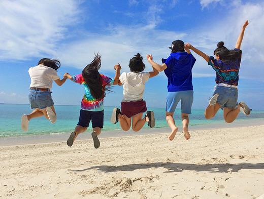 民泊の女子高生と伊江島のビーチで跳ぶよ