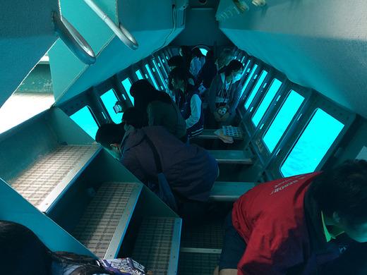 伊江島の水中観光船内部