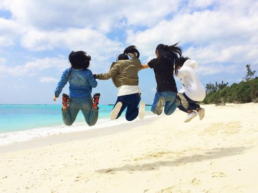 伊江島のビーチで飛ぶ民泊女子高生