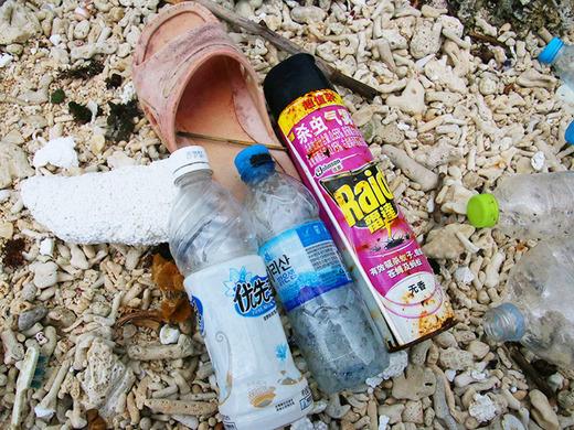 伊江島の海岸に漂着した海外からのゴミ