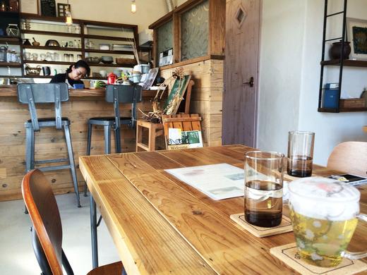 伊江島の新しいカフェ店内とオーナー
