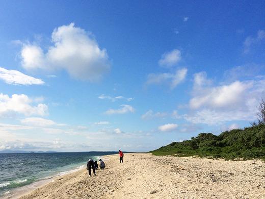 伊江島民泊の男子中学生がビーチコーミング 2016年2月