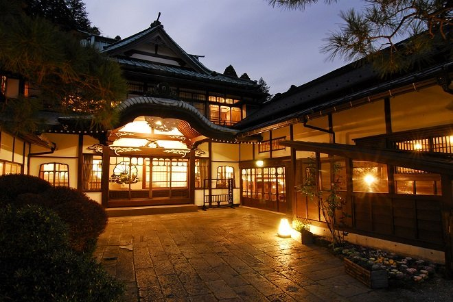観光庁「旅館はメシ代と部屋代を別にする泊食分離を導入しろ。外人が嫌がってんだよ。」