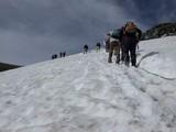 DSCN2807 雪渓を行く