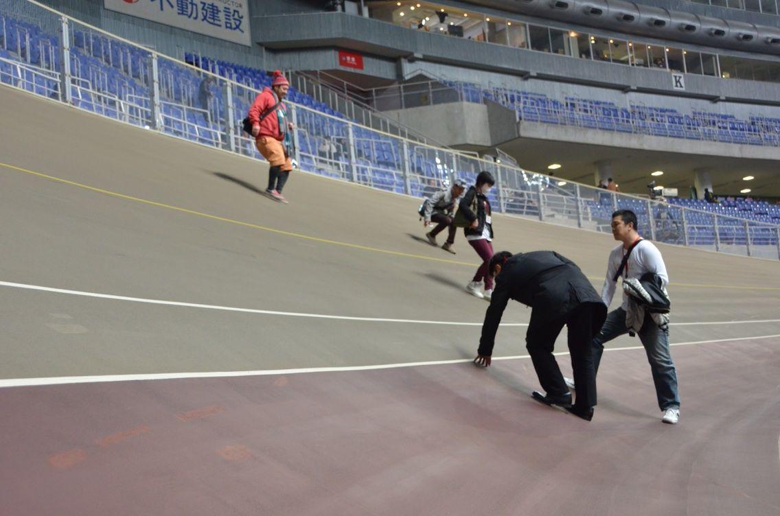 画像1 バンクに駆け上がったり。。。 ジャンを鳴らしたり。。。   北九州、小倉競輪選手の愉快な