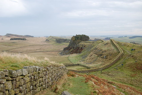 640px-Hadrian's_Wall_west_of_Housesteads_3