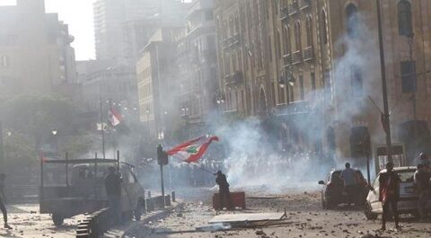 デモ鎮圧のため催涙ガスを発射