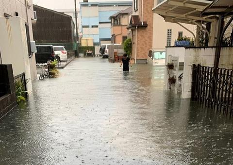 大雨で冠水 静岡市駿河区07:30