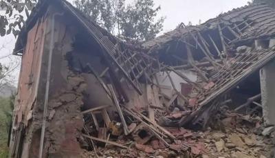 地滑りで倒壊した家