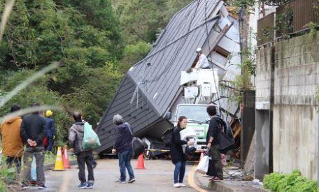 土砂崩れで家ごと倒壊