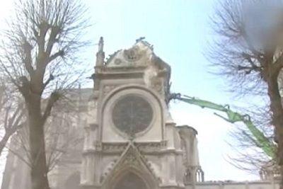 取り壊されるフランスの教会