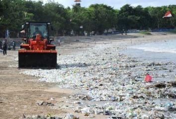 海岸を埋め尽くすプラスチックゴミ