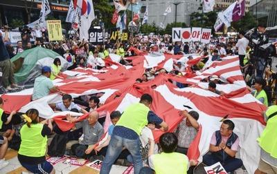 旭日旗を引き裂く韓国人