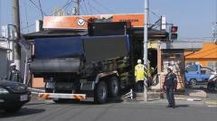 [事故]   交差点曲がり切れず 吉野家にダンプカー突っ込む 神奈川・・