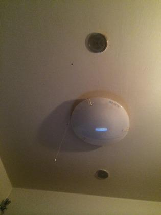 天井に埋め込んだスピーカー
