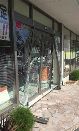 店の玄関が割れたauショップ