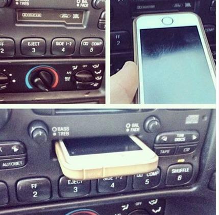 iPhoneをカセットデッキに突っ込んでいます。