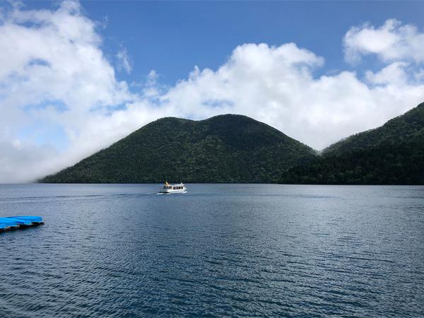 17然別湖とくちびる山と遊覧船と