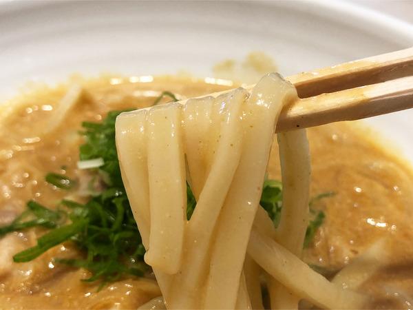 03クリーミーカレーうどん(880円)麺