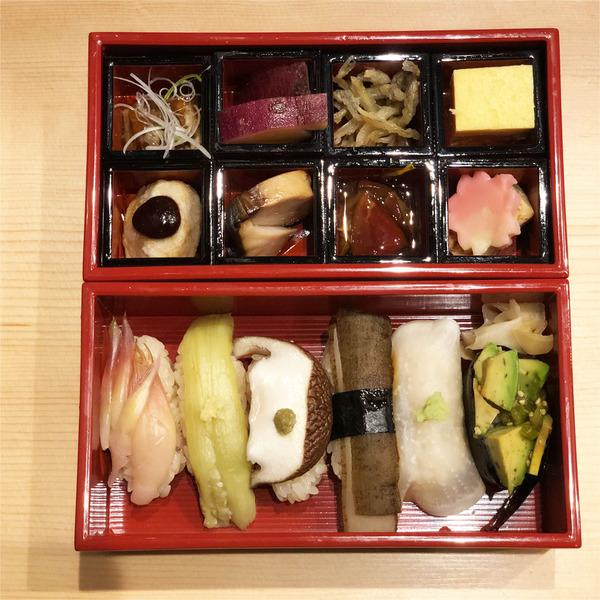 15野菜寿司弁当上から