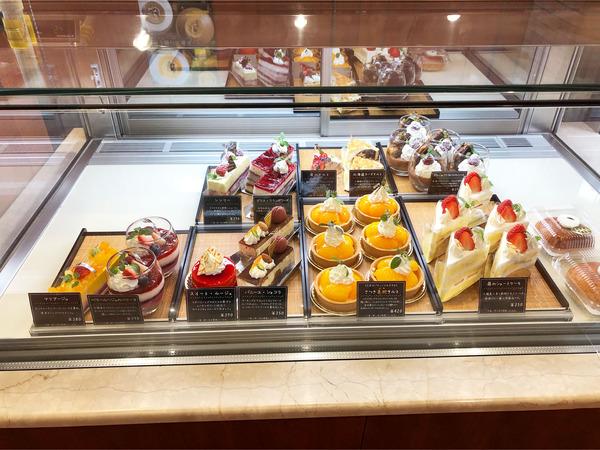 04ケーキのショーケース(本日のラインナップ)