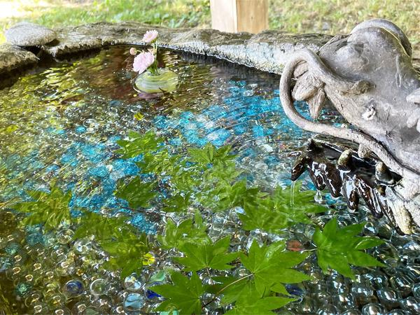 11護国神社のビー玉手水