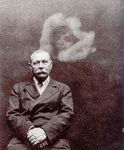 180px-Photo_of_Sir_Arthur_Conan_Doyle_with_Spirit,_by_Ada_Deane