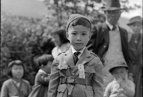 1942年)収容所行きのバスを待つ...