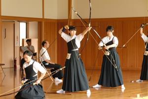 美しすぎる弓道家による実演に外国人がメロメロ【海外の反応】