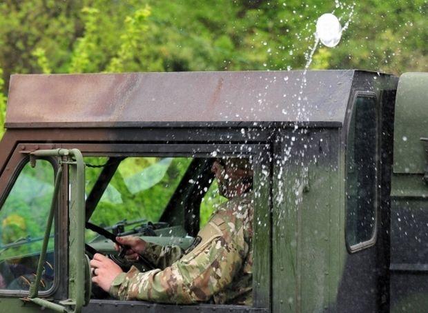 韓国人「サード配備地の住民、米軍車両に向かってペットボトルを投げつける」