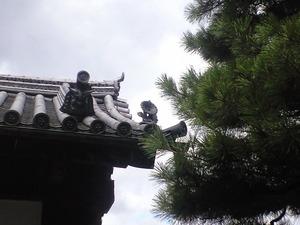 2010年9月16日大覚寺門の菊瓦