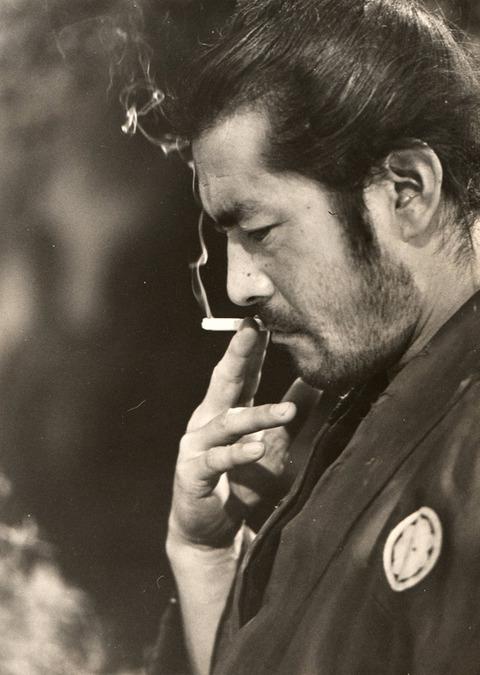 三船敏郎 タバコ吸う