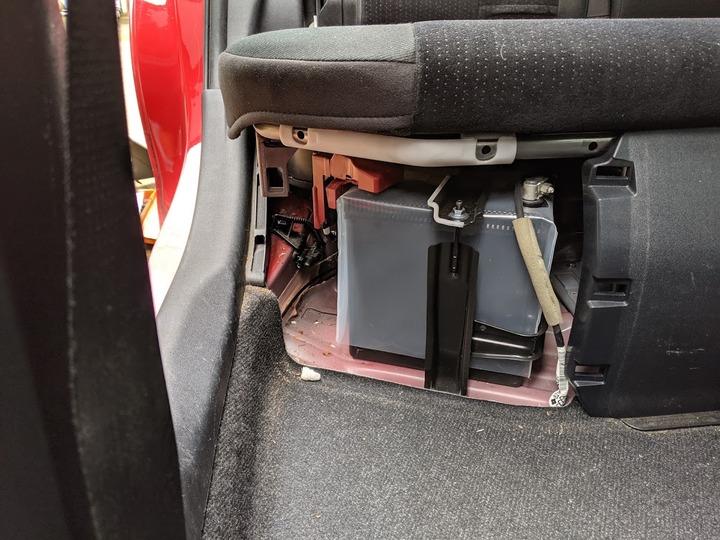 0717シート下のバッテリー