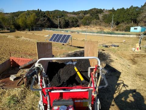 0111燻炭を運ぶ.jpg