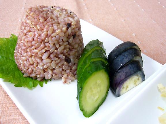 玄米+五穀米+古代米ご飯→茄子の糠漬けが丁度いいお味!・・でもいつも味が違うからねぇ〜漬物は難しい!!