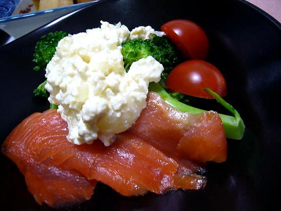スモークサーモンとブロッコリーのサラダ→らっきょうも入れた豆腐のディップがこれだけでも一品になりそう♪