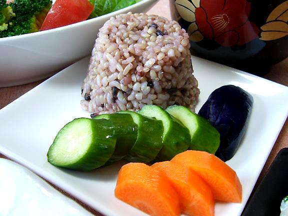 玄米ご飯と糠漬け→この塩漬け茄子・・オット作なのよ