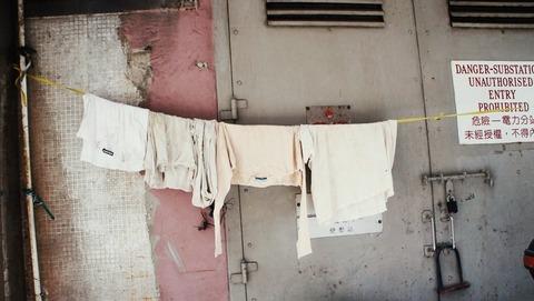 ブログ用 汚いアパートに干してある洗濯物
