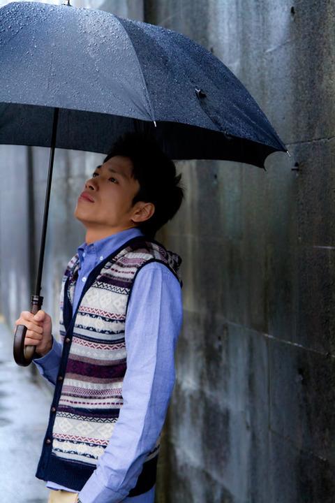 ブログ用 傘をさす青年