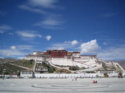 チベット展 003        青い!青い!空が印象的です。福岡の空は光化学スモッグの影響..