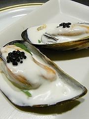 ムール貝、ウォッカ風味のクリーム和え、ルッコラ、キャヴィアもどき